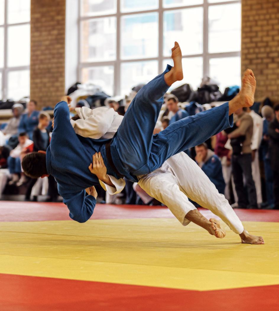 Le judoka blanc met ippon au judoka bleu en compétition