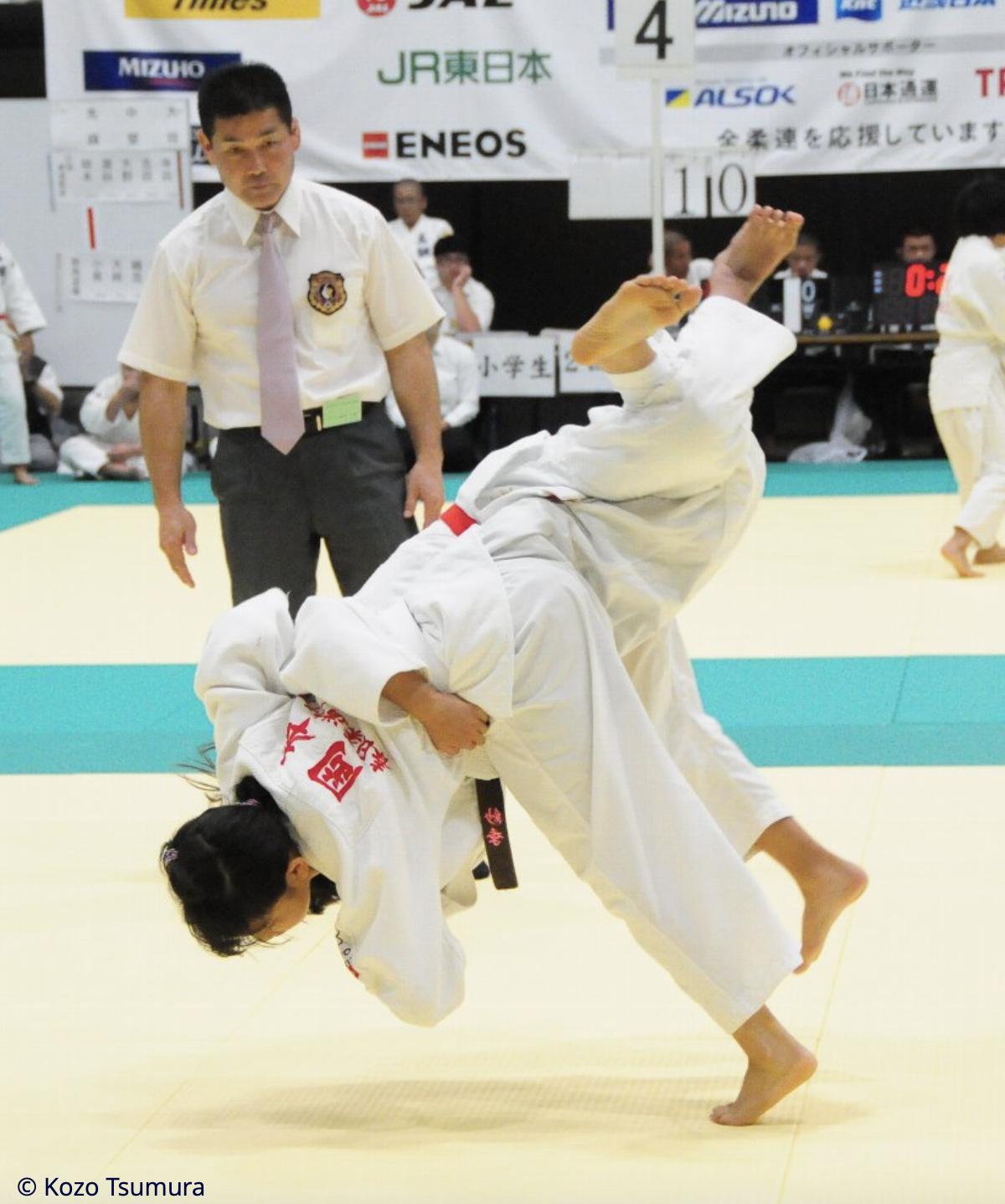 Un enfant japonais passe uchimata en compétition