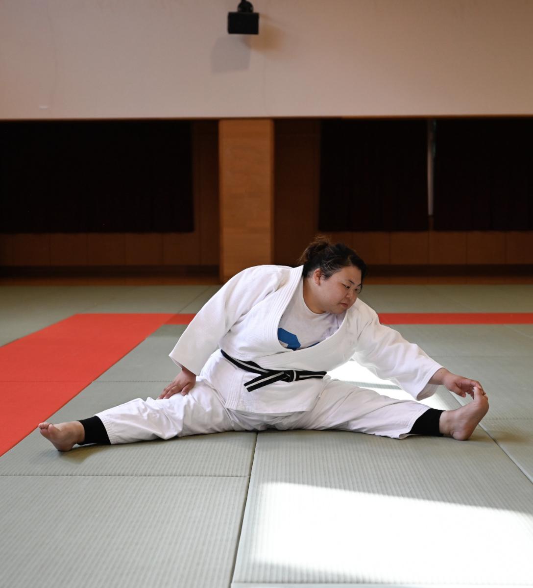 Judokate japonaise qui s'assouplit au sol